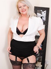 Shorthaired mature blonde milf will blow your mind