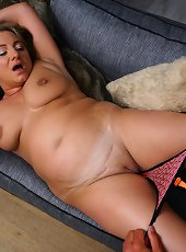 Italian curvy Kiara Rizzi loves playing with her lover